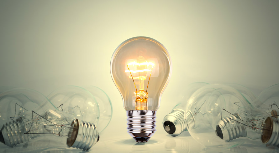 Apagar a luz enquanto você vai – rapidinho – só até a cozinha ajuda na economia de energia e contribui, sim, para a conta vir mais baixa