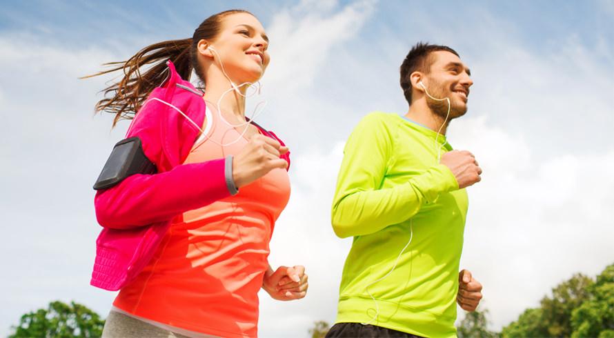 Corrida e caminhada: o que diferencia as atividades físicas é o movimento feito durante a execução e não o ritmo empenhado, sabia? Palavra dos especialistas!