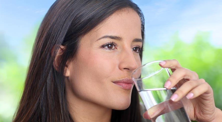 Para funcionar bem, nosso organismo precisa de hidratação adequada. O líquido existente nos alimentos ajuda, mas o que garante a boa saúde é tomar água