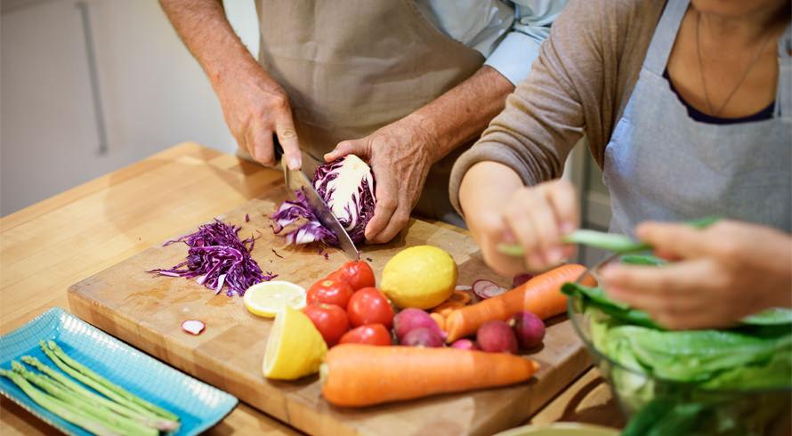 """UCB oferece curso de pós, à distância, em """"Atendimento Nutricional no Envelhecimento"""". Agregue aos seus conhecimentos e torne-se um (a) profissional mais completo (a), nutricionista!"""