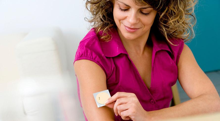 """Um adesivo que, colado à pele, """"lê"""" o nível de hidratação e indica produtos adequados para tratar eventuais problemas? Já existe! Está em fase de testes!"""