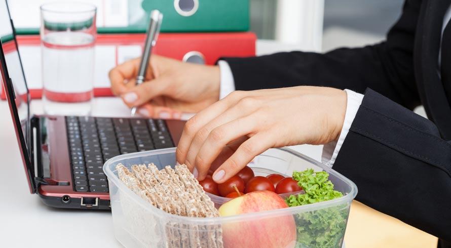Passa muitas horas sentado(a)? Veja alguns alimentos para ajudar a manter a saúde.