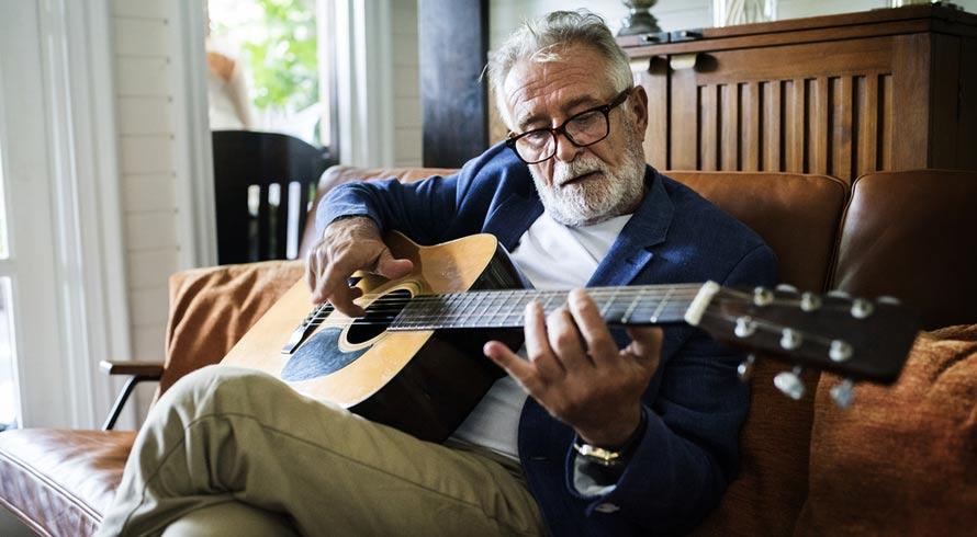 Fazer música aumenta o volume do cérebro e traz benefícios para idosos, diz estudo