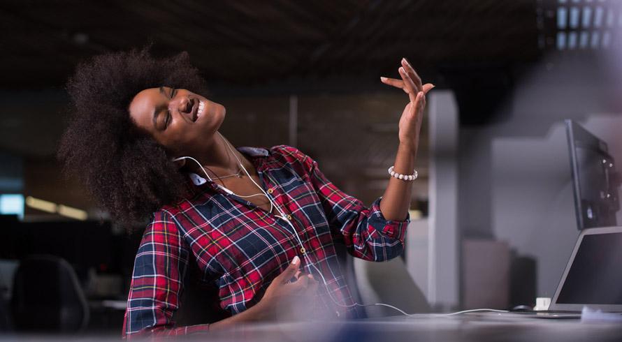Pesquisa britânica revela que ouvir música durante o expediente prejudica a criatividade verbal