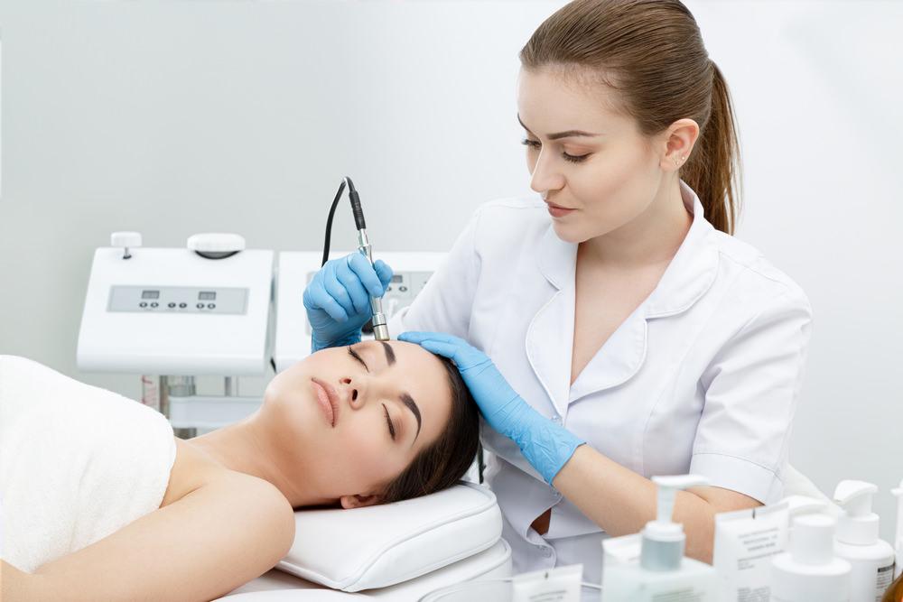 """Seja um (a) profissional mais completo (a)! Faça o curso de pós-graduação – presencial – em """"Fisioterapia Dermato Funcional e Cosmetologia"""" que o Centro Universitário Redentor formatou para você!"""