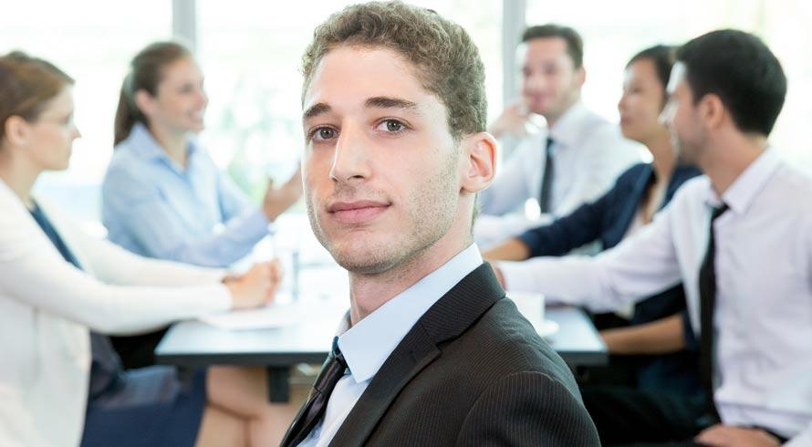 Pós-graduação é essencial para administradores se destacarem no mercado.