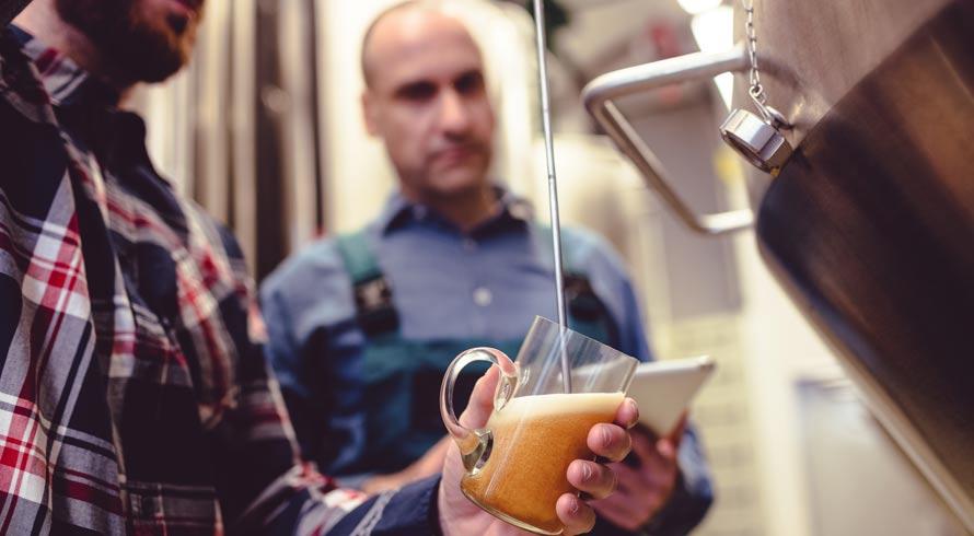 Ambev dá presente a consumidores e, em ação de marketing, leva mestres-cervejeiros à casa de 20 premiados