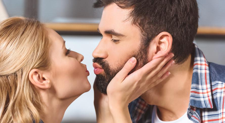 Beijar na boca pode, sim, ser perigoso para a saúde! Conheça os sintomas de algumas das doenças provocadas pela troca de salivas