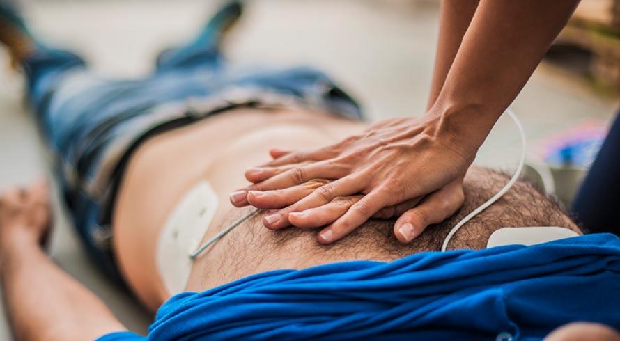 Enquanto o socorro não chega, compressões no tórax constituem a técnica certa para ressuscitação em caso de parada cardíaca